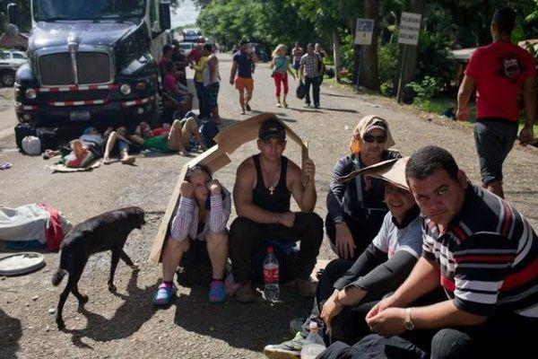 Los cubanos varados en Costa Rica esperan impacientes para ser trasladados en avión a El Salvador y desde allí reanudar su periplo hacia Estados Unidos. (ARCHIVO)