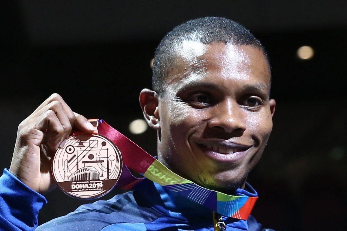 El medallista de bronce de Ecuador Alex Quiñonez posa en el podio durante la ceremonia de entrega de medallas en los 200 metros masculinos en el Campeonato Mundial de Atletismo de la IAAF de 2019 en el estadio Khalifa International de Doha. El velocista olímpico ecuatoriano Alex Quiñonez, de 32 años, fue asesinado en el puerto de Guayaquil (suroeste), informó el Ministerio de Deportes el 23 de octubre de 2021.