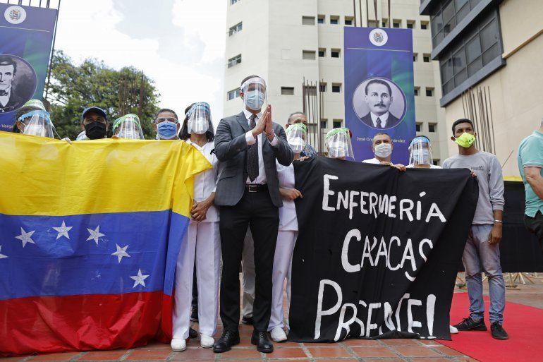 El presidente encargado de Venezuela Juan Guaido se une a la reunión de trabajadores de la salud para honrar a sus colegas que murieron de COVID-19 en Caracas