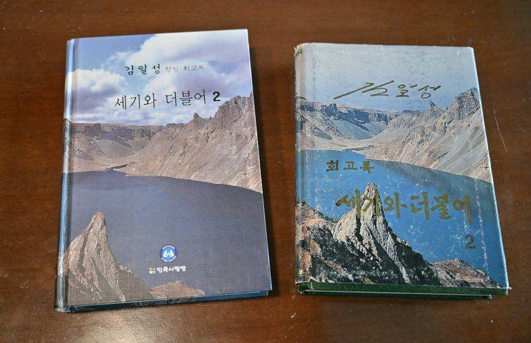 Esta fotografía tomada el 30 de abril de 2021 muestra las memorias en ocho volúmenes del fundador de Corea del Norte