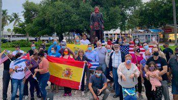 Españoles e hispanosen protesta contra actos de vandalismo con signos comunistas en estatuas de exploradores españoles en Miami, el sábado 13 de junio de 2020.