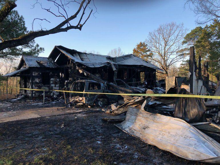 La foto provista por WLBT-TV muestra una casa dañada por las llamas en Clinton