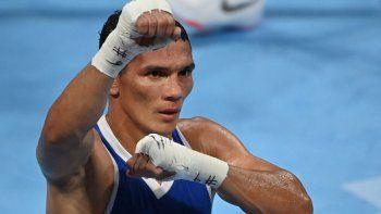 El colombiano Céiber Ávila celebra después de vencer al jordano Mohammad Alwadi durante su combate de boxeo preliminar de pluma masculina (52-57 kg) durante los Juegos Olímpicos de Tokio 2020