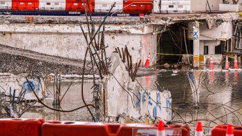 Piezas retorcidas de metal sobresalen de los restos de las paredes en el área donde se encontraba el edificio Champlain Towers South parcialmente derrumbado en Surfside, Florida.