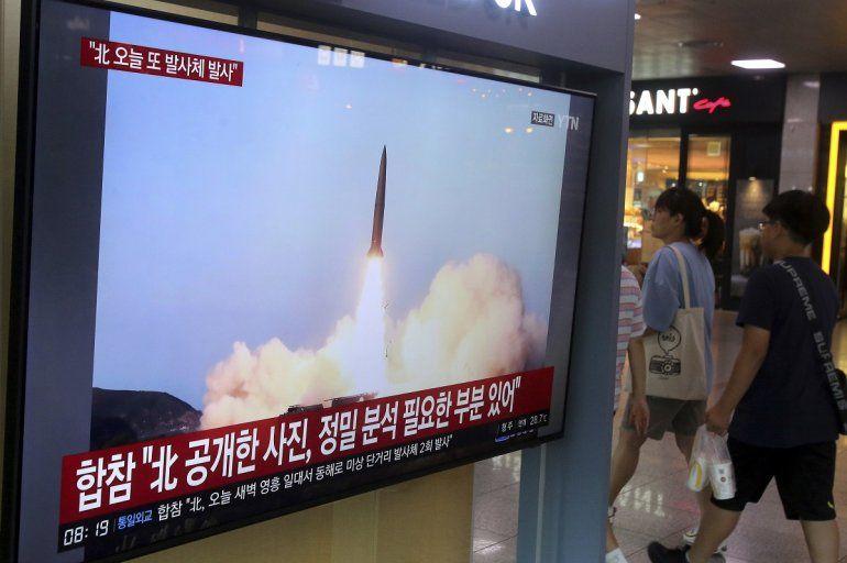 Una televisión muestra imágenes de archivo del lanzamiento de un misil norcoreano durante un programa de noticias transmitido el viernes 2 de agosto de 2019