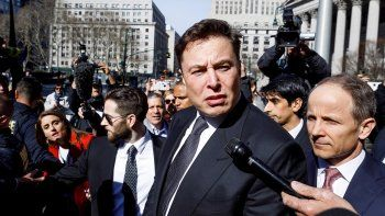 El CEO de Tesla, Elon Musk, responde a los medios tras una audiencia por una demanda presentada en su contra por la Comisión de Valores de EEUU (SEC) ante el Tribunal Federal en Nueva York.
