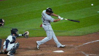 José Abreu, de los Medias Blancas de Chicago, batea un grand slam en el octavo inning del juego de la MLB que enfrentó a su equipo con los Marineros de Seattle, el 6 de abril de 2021, en Seattle