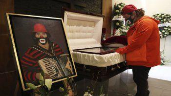 Ricardo Gonzalez Jr. se despide de su fallecido padre Ricardo González Gutiérrez, el legendario payaso conocido como Cepillín, en una funeraria en Tlalnepantla de Baz, en el Estado de México, el martes 9 de marzo de 2021. Familiares y amigos se despidieron del artista mexicano.