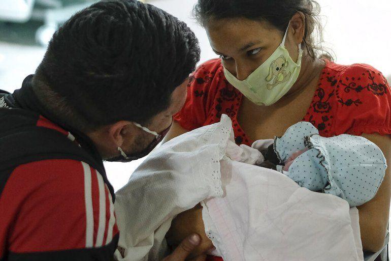 Ada Mendoza muestra su hija a su pareja Leo Camejo por primera vez