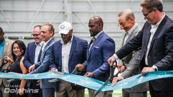 Tom Garfinkel, Stephen Ross, Brian Flores y Chris Grier (de der. a izq.), presidente, dueño, entrenador y gerente, respectivamente, de los Dolphins en la inauguración del nuevo Complejo Deportivo del club.