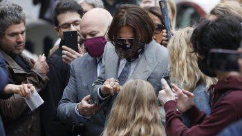 El actor Johnny Depp, en el centro, está rodeado de fanáticos cuando llega al Tribunal Superior de Londres, el jueves 16 de julio de 2020. El veredicto del caso se conocerá el lunes, dos de noviembre.