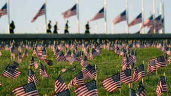 Activistas del COVID Memorial Project marcan la muerte de 200.000 personas en Estados Unidos a causa del coronavirus con miles de banderas estadounidenses en el terreno del parque nacional National Mall en Washington, el martes 22 de septiembre de 2020.