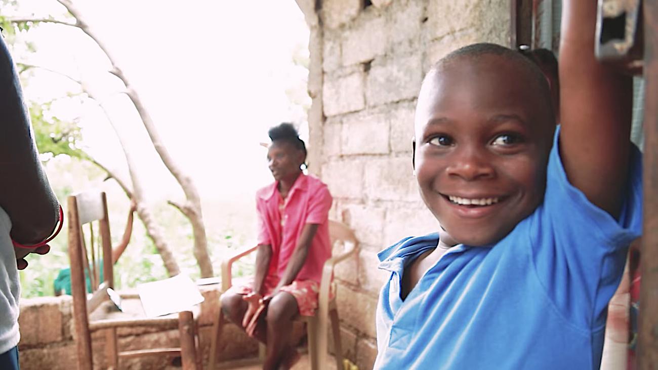 Los niños que viven en la comunidad donde sus padres trabajan en labores agrícolas tienen acceso a una escuela cercana.