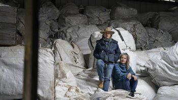 Gail (der) y Amy Hepworth posan para una foto sobre bolsas de cáñamo que cultivan en su granja Hepworth Farms, en Milton, estado de Nueva York, el 12 de abril del 2021. Esperan poder cultivar marihuana ahora que su venta fue aprobada en Nueva York.