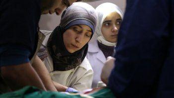La doctora Amani, centro, en una sala de operaciones en Siria en una escena del documental nominado al Oscar The Cave en una imagen proporcionada por National Geographic.