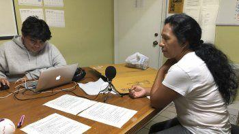 Natividad Jimenez, a la derecha, se prepara para grabar mensajes sobre los peligros del huracán Dorian en idioma maya antiguo, para enviar a miles de inmigrantes que residen en las zonas que pueden ser afectadas por el meteoro.