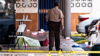 Se ve un cadáver cerca de las puertas de un club de billar que fue alquilado para un concierto después de que tres hombres armados mataron a dos personas e hirieron al menos a 20 personas en el área de Hialeah, el 30 de mayo de 2021