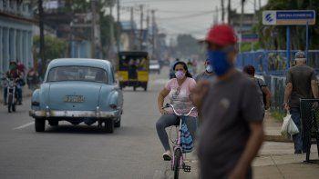 Las personas que usan máscaras faciales se ven en las calles, como la primera fase para aliviar la cuarentena impuesta para evitar la propagación del nuevo coronavirus comienza, en San José de las Lajas, provincia de Mayabeque, Cuba, el 18 de junio de 2020.