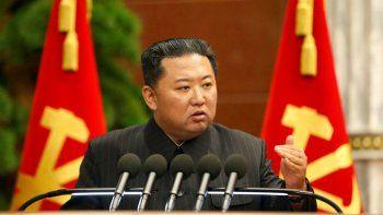 En esta imagen, proporcionada por el gobierno de Corea del Norte, el líder del país, Kim Jong Un, ofrece un discurso durante una reunión del Politburó en Pyongyang, Corea del Norte, el 2 de septiembre de 2021