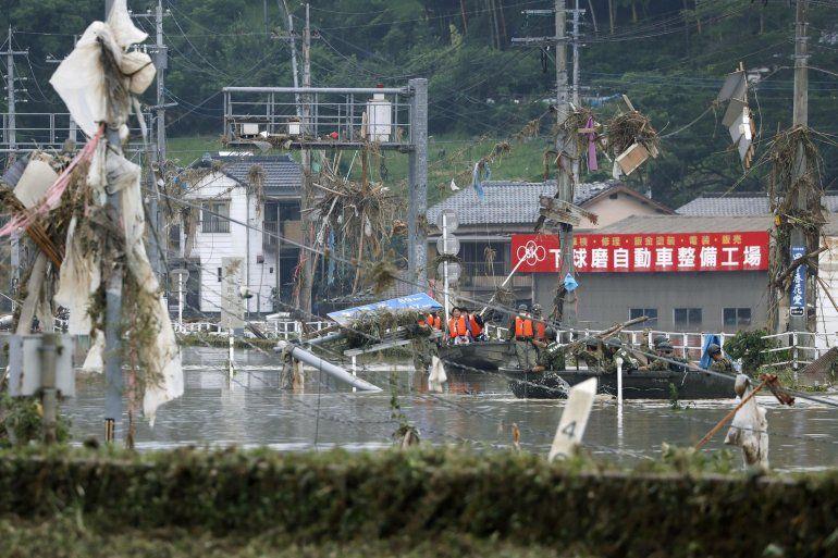 Miembros de las Fuerzas japonesas de Autodefensa trasladan en bote a varias personas para llevarlas a zonas más seguras en el pueblo de Kuma