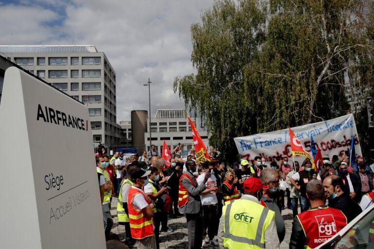 Trabajadores de Air France participan en una protesta frente a las oficinas generales de la empresa en Tremblay-en-France