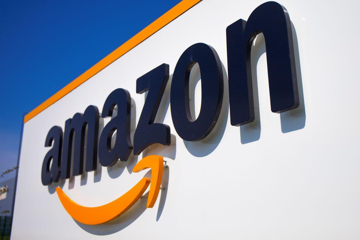 Logotipo de Amazon en una sucursal en EEUU.