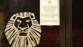 Un anuncio de la suspensión de todos los espectáculos de Broadway debido al coronavirus, pegado en la puerta del Minskoff Theatre donde The Lion King (El rey león) se había estado presentando, el jueves 12 de marzo del 2020 en Nueva York.