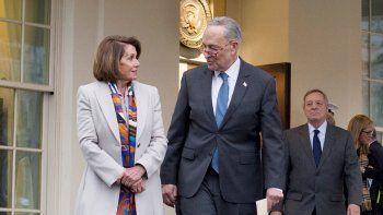 La previsiblemente próxima presidenta de la Cámara Baja, Nancy Pelosi (izq.), el líder de la minoría demócrata en el Senado, Chuck Schumer (cen.) y el senador demócrata por Illinois, Dick Durbin (der.), salen de una reunión con el presidente Donald Trump este 2 de enero de 2019, en Washington.