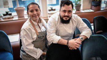 El chef mexicano Enrique Casarrubias, recién premiado con una estrella por la guía gastronómica francesa Michelin, posa junto a su esposa y chef Montserrat durante una sesión de fotos el 22 de enero de 2021 en su restaurante Oxte en París.