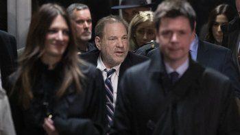 Harvey Weinstein, en el centro, sale de la corte rodeado de sus abogados Donna Rotunno, a la izquierda, y Damon Cheronis, durante su juicio por violación y abuso sexual en Nueva York el jueves 13 de febrero del 2020.
