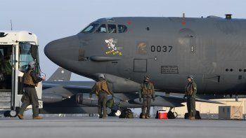 Pilotos del 69no escuadrón de bombardeo abordan el bombardero B-52H Wham Bam II para una misión a Medio Oriente, el 6 de marzo de 2021, en la Base de la Fuerza Aérea de Minot, Dakota del Norte.