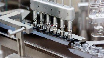 Tapones de goma son colocados en ampolletas del profármaco experimental remdesivir en la fábrica de Gilead en Estados Unidos. Marzo de 2020, imagen proporcionada por la compañía Gilead Sciences