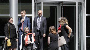 Matt Adams, al centro derecha, director legal del Northwest Immigrant  Rights Project, sale de un juzgado federal despu s de una audiencia  sobre solicitantes de asilo, en Seattle.