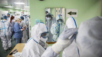 Personal de salud viste ropa protectora antes de atender a enfermos en el Hospital Clínico Filatov de Moscú, Rusia, viernes 15 de mayo de 2020. Médicos dijeron que una mujer enfermó de COVID-19 por segunda vez.