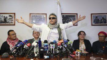 El excomandante de las FARC conocido como Jesús Santrich abre los brazos durante una conferencia de prensa en la sede del partido político de las FARC tras haber sido liberado de una segunda detención por narcotráfico en Bogotá, Colombia, el jueves 30 de mayo de 2019