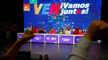 Candidatos del Partido Socialista Unido de Venezuela (PSUV) y la alianza Gran Polo Patriótico levantan los brazos con simpatizantes mientras celebran la victoria en las elecciones parlamentarias en Caracas, Venezuela, el lunes 7 de diciembre de 2020.