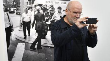 """El fotógrafo alemán Peter Lindbergh toma fotos de los periodistas con su teléfono en una calle durante la exhibición """"Women on Street"""" en la NRW Forum Gallery en Duesseldorf, Alemania."""