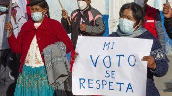 Partidarios del candidato presidencial de izquierda por el partido Perú Libre Pedro Castillo, se manifiestan en la ciudad andina de Puno, cerca de la frontera con Bolivia, en Perú el 14 de junio de 2021.