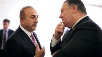 El secretario de Estado de EEUU, Mike Pompeo (der.), conversa con el ministro turco de relaciones Exteriores, Mevlut Cavusoglu (izq.), tras su reunión en Ankara.