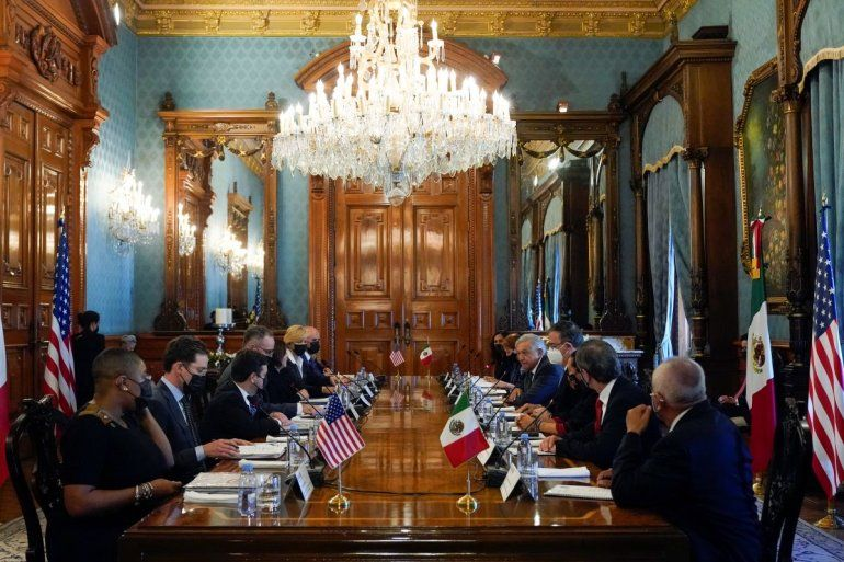 La vicepresidenta de Estados Unidos Kamala Harris y el presidente mexicano Andrés Manuel López Obrador encabezan una reunión bilateral en el Palacio Nacional en la Ciudad de México.