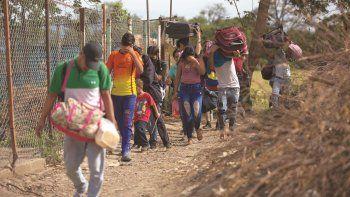 Fotografía del 31 de agosto de 2018 de un grupo de venezolanos que cruzan ilegalmente a Colombia por un camino conocido como trocha, lejos del control de las autoridades.