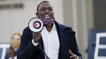 El representante federal electo Mondaire Jones, demócrata por Nueva York, se dirige a un pequeño grupo de simpatizantes que se reunieron en un evento electoral el miércoles 4 de noviembre frente a la corte del condado de Westchester, en White Plains, Nueva York.