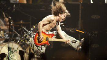 En esta foto del 22 de junio de 2004, Eddie Van Halen toca los últimos acordes de Jump durante el concierto de Van Halen en el Continental Airlines Arena en East Rutherford, Nueva Jersey. Eddie Van Halen murió de cáncer el martes 6 de octubre del 2020. Tenía 65 años.