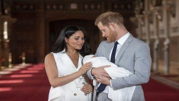 En esta foto del 8 de mayo de 2019, el príncipe Harry de Inglaterra y Meghan, duquesa de Sussex, posan con su hijo recién nacido, Archie, en el Castillo de Windsor, en el sur de Inglaterra.