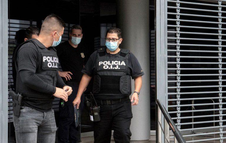 Policías de la Agencia de Investigación Judicial (OIJ) allanan el Consejo Nacional de Viabilidad durante una investigación por presuntos hechos de corrupción en San José