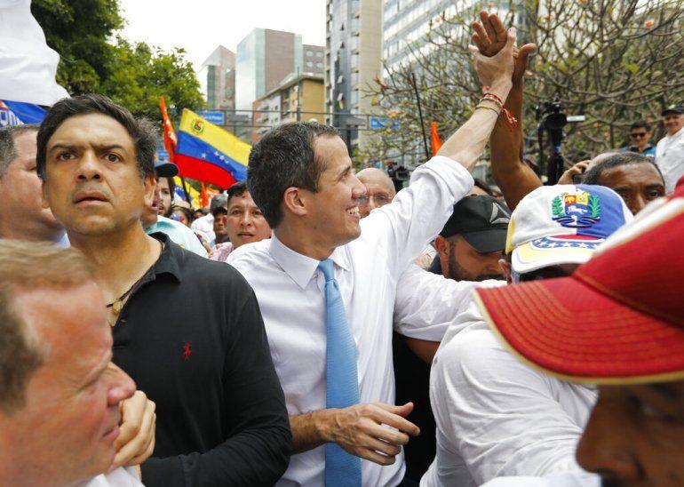 El líder opositor Juan Guaidó saluda a sus simpatizantes durante una protesta en Caracas