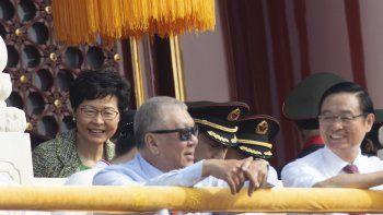 La jefa de gobierno de Hong Kong, Carrie Lam, a la izquierda, asiste a la celebración por el 70mo aniversario de la fundación de la China comunista en Beijing, el martes 1 de octubre de 2019.