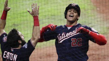 El dominicano Juan Soto, de los Nacionales de Washington, festeja con Adam Eaton, luego de conectar un jonrón en el sexto juego de la Serie Mundial, el martes 29 de octubre de 2019, ante los Astros de Houston.