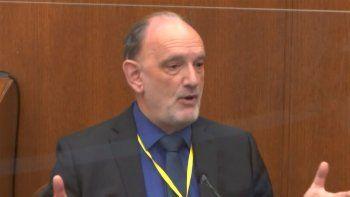 Esta imagen tomada de un video, el experto forense David Fowler declara en la corte del condado Hennepin, Minnesota, en el juicio contra el ex policía Derek Chauvin, acusado de asesinato por la muerte de George Floyd.