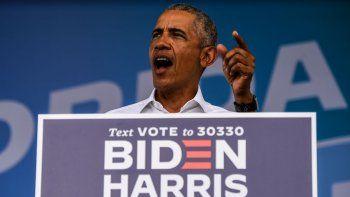 En esta foto de archivo tomada el 24 de octubre de 2020, el expresidente de Estados Unidos, Barack Obama, habla en un mitin de autoservicio Biden-Harris en Miami, Florida.